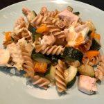 Volkoren pasta met zeebaars, courgette en paprika